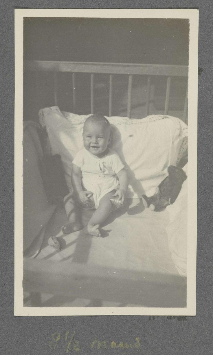 anoniem | Acht en een halve maand oude baby Klaas Kleiterp in een box, vermoedelijk in Malang, attributed to Klaas Kleiterp (I), 1920 - 1921 | Onderdeel van Fotoalbum van de familie Kleiterp-Vermeulen met opnames van de kinderen Klaas en Tiny in Nederlands-Indië.