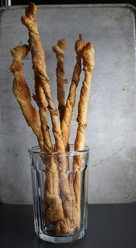 Spicy Cheese Breadsticks with cheddar cheese, fennel, cayenne pepper and poppy seeds / recipe via savorysweetlife
