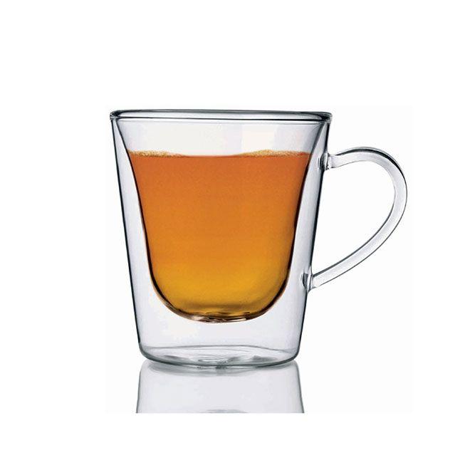 Luigi Bormioli Tea/Coffee Glas set per 2  De ruimte tussen de glazen wanden heeft een isolerende functie waardoorhete dranken zoals koffie en thee de hoge tempratuur behouden. Hetzelfde geldtvoor koude dranken die zo een aangenaam koele temperatuur behouden. Bovendienhebben de dubbelwandige glazen bij koude dranken als voordeel dat er geencondensvorming aan de buitenkant optreedt. Inhoud 29.5 cl.Hoogte: 115 cmDiameter 85 cm Een set bestaande uit twee glazen. prachtig gestyleerde…