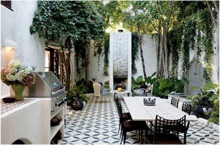 De tuin is omsingeld door hoge witte muren, wat doet denken aan een patio of binnentuin. Deze zijn bekleed met heel veel groen die naast een decoratieve functie ook voor verkoeling in de tuin zorgen. De sfeer is fantastisch. Tropisch, mediterraans en het ziet er gewoon super gezellig uit. De perfecte tuin voor een BBQ feestje!