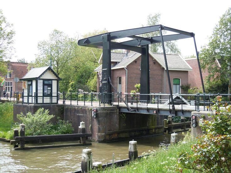 IJsselbrug IJsselstein - stalen ophaalbrug over de Hollandsche IJssel, verbinding IJsselstraat en Poortdijk, met brugwachtershuisje. Beide zijn een replica uit 1972 en staan op de landhoofden van de gesloopte brug en het brugwachtershuis uit 1907.