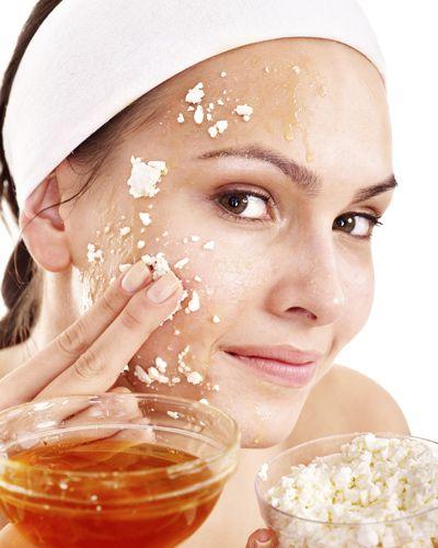 Die Honig-Quark-Maske wirkt wahre Wunder und schenkt euch einen strahlenden Teint. Durch die Milchsäure des Quarks wird die Haut leicht gekühlt und mit Feuchtigkeit versorgt, der Honig hilft bei Hautunreinheiten. Mase selber machen: