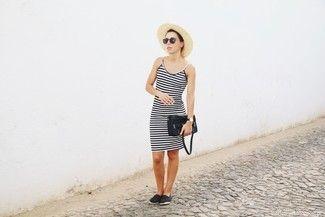 Choisis une robe débardeur à rayures horizontales noire et blanche pour créer un look génial et idéal le week-end. Une paire de des espadrilles noires est une option avisée pour complèter cette tenue.