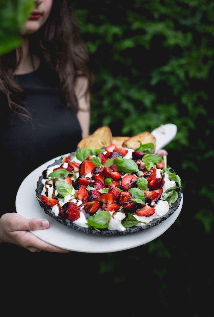Sommarsallad – caprese med jordgubbar och burrata