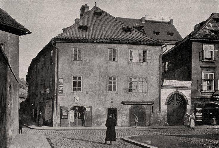 """Praha Neznámá on Twitter: """"Pražské ghetto 1902. Nároží Dušní a Vězeňské ulice. Fotografie Jindřicha Eckerta. https://t.co/JU23jDyJi1  https://t.co/nVzYM6UZuf https://t.co/Wztk5esh1C"""""""