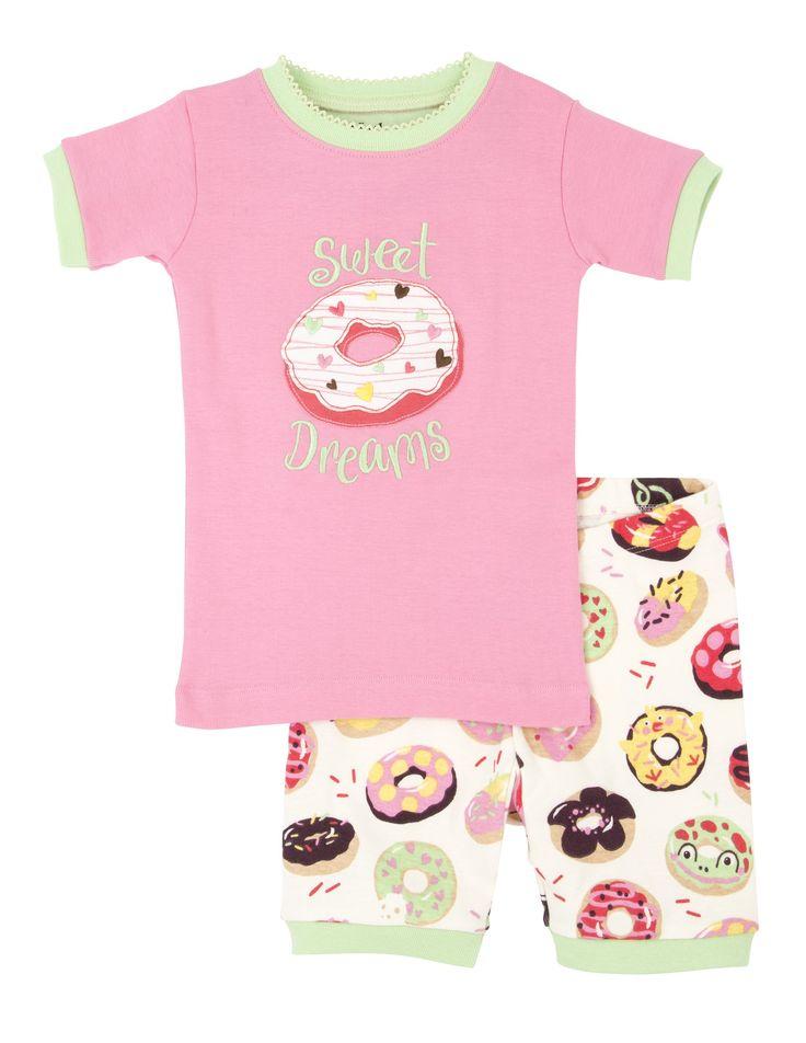 Meisjes pyjama Sweet Donuts van het kinderkleding merk Hatley  Dit is een Roze meisjes kinderpyjama uit 2 delen. Roze pyjama tshirt met korte mouwen afgewerkt met licht groen, met een grote tekening van een Donut met de tekst : Sweet donut. Witte korte pyjama broek met een all over print van verschillende donuts