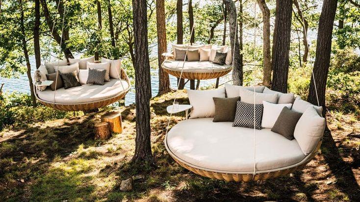 In giardino o sul terrazzo, il divano diventa un dondolo dove sprofondare. Come un nido in vimini intrecciato per un effetto cocooning