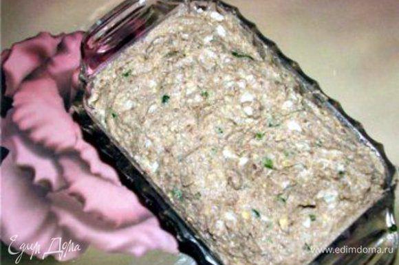 Отвариваем яйца 5-6 минут. Яйца, филе сельди, хлеб, лук и яблоко мы пропускаем через мясорубку или очень мелко нарезаем.