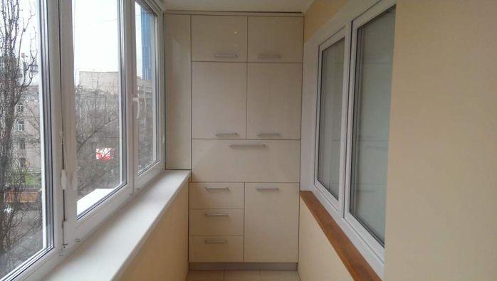 Современную мебель при необходимости можно встроить в небольшие по площади балконы или лоджии, которые имеются в домах типовой застройки. Мебель для балкона/лоджии может ничем особо не отличаться от мебели, которой заставлена квартира. Как правило, это встроенные шкафы, тумбочки, ниши или полки. Вст