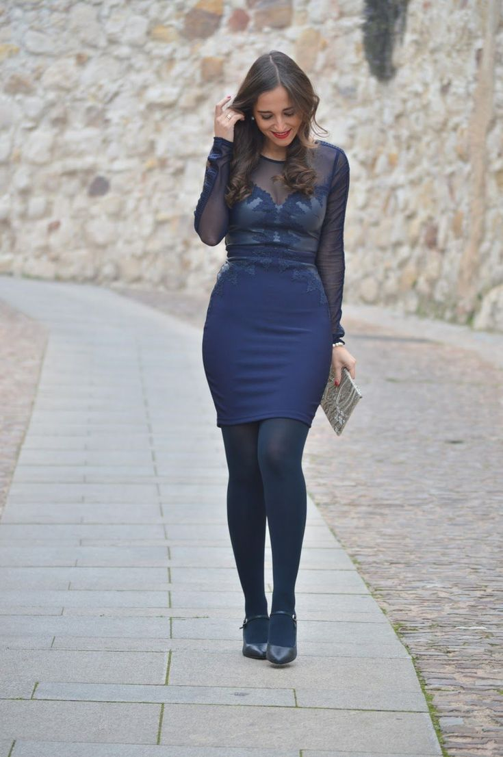 1000 MANERAS DE VESTIR. Christmas Party. Navy embroidery dress+navy tights+navy Mary Jane pumps+gold embellished envelope clutch. Christmas Party Outfit 2016