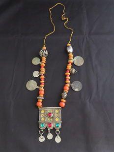 Antica collana originale berbera  in argento con pendente in smalto, monete d'argento, perle fenoliche - Marocco