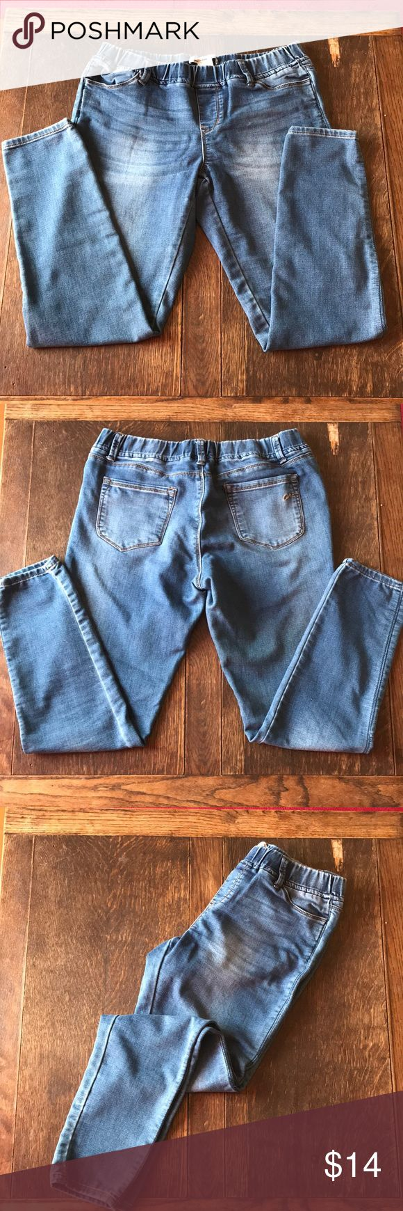 American Rag jegging jeans Medium wash American Rag Jegging with elastic waist. Used, but in great condition. Lots of wear in them yet. Yes, those are actual pockets on the front!!! American Rag Jeans Skinny