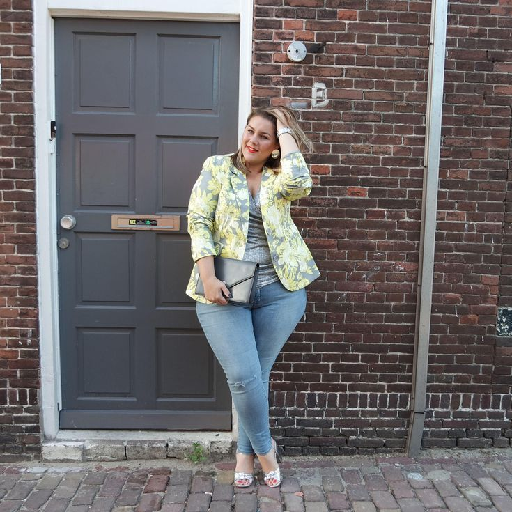 072329fb127 14 Plus Size Jeans Outfits That Will Turn Heads  Floral Print Jacket and  Vintage Wash Jeans