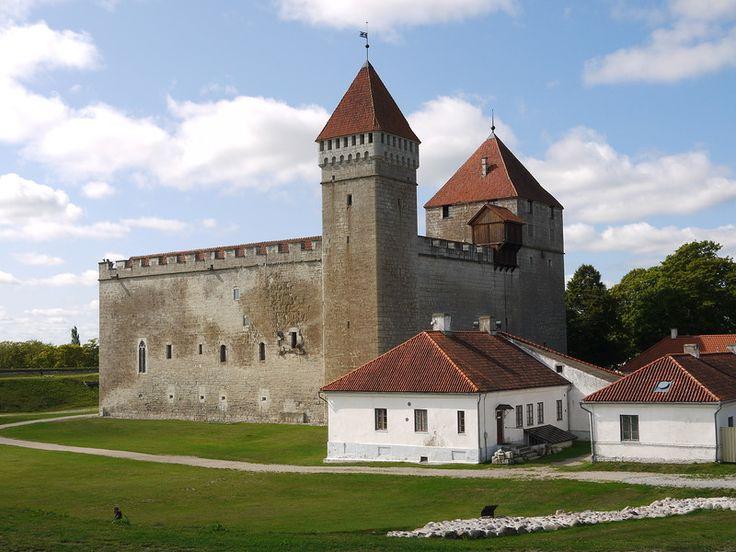 Сааремаа.   Курессааре - город совершенно очаровательный. Он сохранил старую застройку, здесь чисто, зелено, уютно и удивительно спокойно.  Есть  здесь  и  свой  замок,  самый  старый  в  Эстонии.
