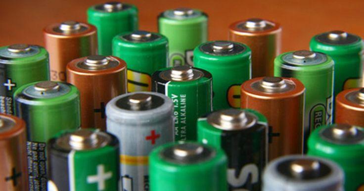 Como fazer um adaptador de baterias AA para C. Em 1936, evidências de uma bateria de argila de 2.000 anos foram encontradas perto de Bagdá, mais detalhes em allaboutbatteries.com. É especulado que essa bateria foi usada para galvanizar prata. Hoje, as baterias são fabricadas em diversos tamanhos e são utilizados para inúmeros propósitos, mas, como os dispositivos eletrônicos ficaram menores, ...