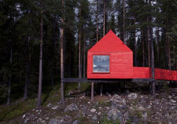 Overnachten in de Blauwe Kegel van het Treehotel in Zweden. #origineelovernachten #officieelorigineel #reizen #origineel #overnachten #slapen #vakantie #opreis #travel #uniek #bijzonder #slapen #hotel #bedandbreakfast #hostel #camping #romantisch #reizen