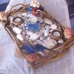 Δίσκος με λευκή πέτρα θαλασσοξυλα κοχύλια δυο μικρές θήκες για ρεσω ντυμένες με σχοινί και μια μεγάλη στο εσωτερικό μπλε πέτρα