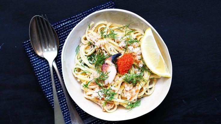 Nå er det krabbesesong, og ferdigrensede krabbeskjell er både billig og supergodt. Et skjell passer perfekt til to. Ingenting passer vel bedre nå i sommervarmen enn en superenkel og rask pastarett til middag?