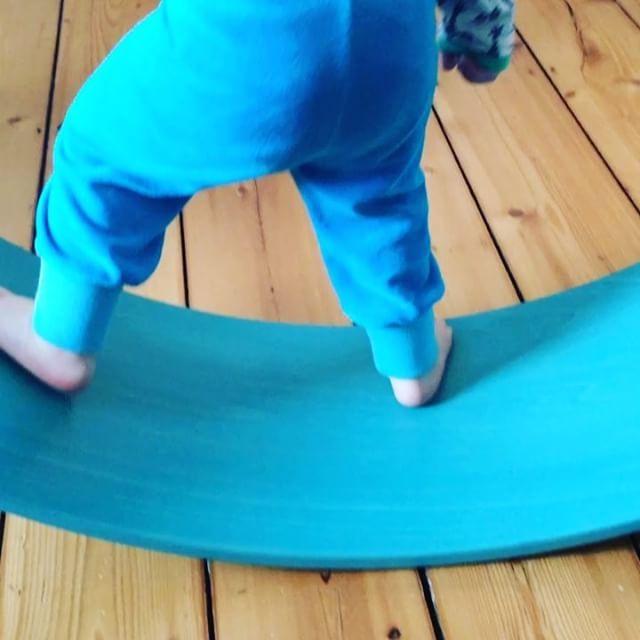 Grad 2 geworden und liebt das Wobbel #zuhause #wobbel #wobbelboard #bewegungsspiel #balance #spielzeug #wippe #wippen #spielen #aktivesspielen #aktivspielzeug #niederländisch #dutch kaufen und bestellen könnt Ihr sie übrigens nun auch bei Tina bei @boyce_and_girls #morethanacurve #buntekinder Den Schlafstrampler hat übrigens die Oma genäht. #toddler #kleinkind #2jahrealt