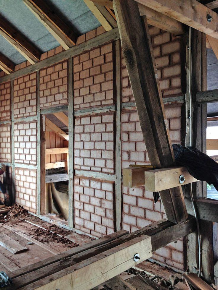 Architektur Wand Ein Scheunengerust Mit Lehmziegeln Grune Steine Gefolgt Von Architektur Lehmsteine Lehmputz Holzrahmen