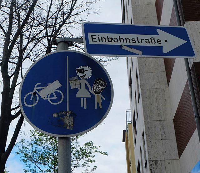 **Münsterstraße, Mörsenbroich** #düsseldorf #dusseldorf #duesseldorf #nrw #Deutschland #germany #igersduesseldorfofficial #lovedüsseldorf #ig_düsseldorf #landeshauptstadt #dus #schönstestadtamrhein #0211 #nullzwoelf #thisisdüsseldorf #mydüsseldorf #likedüsseldorf #sticker #art #wallart #stickerart #streetart #instalikes #urbanart #sreetartatlasdüsseldorf #taglifegraffiti #verkehrszeichen #sign #schild