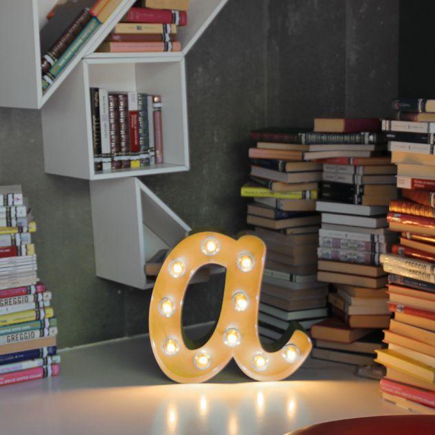Letra decorativa con bombillas, ideal como objeto decorativo o como lámpara, incluye las bombillas y regulador de intensidad. #decoraconletras #letrasconbombillas #decoracion #locaporlasletras
