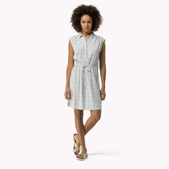 De man en de vrouw dragen witte, eenvoudige en hedendaagse kledij. Het is de bedoeling dat het tafereel universeel herkenbaar is. Hiermee bedoel ik dat deze situatie toepasbaar kan zijn op iedereen. Er mag geen stempel gedrukt worden op het koppel dat in de vastgeroeste situatie is verzeild geraakt. Door de kledij eenvoudig te houden, wordt tevens de nadruk gelegd op de gelaatsuitdrukkingen. Voor de vrouw kies ik iets eenvoudig, maar beweeglijk.