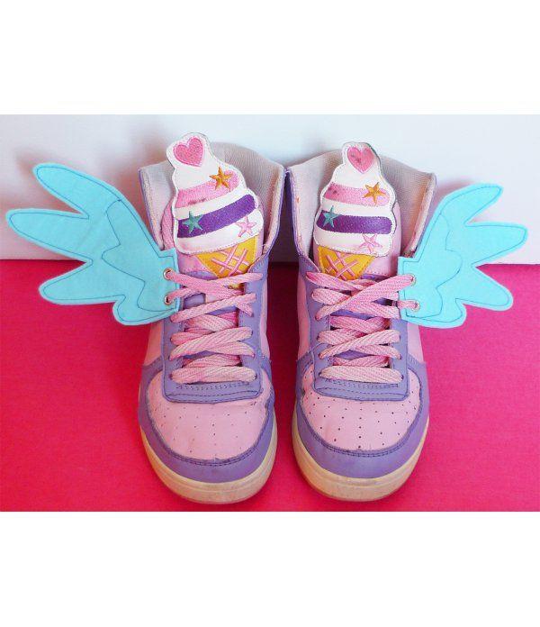 Ailes pour chaussures en forme d'ailes de Rainbow Dash bleues en vente dans la boutique en ligne Freaky Pink. Vêtements et accessoires alternatifs pour femmes et hommes. Ailes en vente ici http://www.freakypink.com/ailes-pour-chaussures/746-ailes-poney-bleu.html