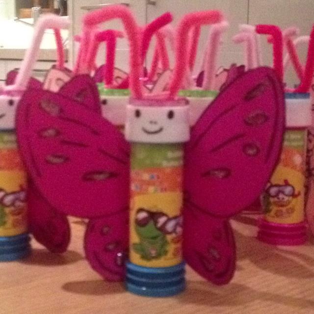 traktatie vlinder... met bellenblaas - normaal vind ik traktaties met bellenblazen wat fantasieloos maar dit vind ik toch wel erg leuk!