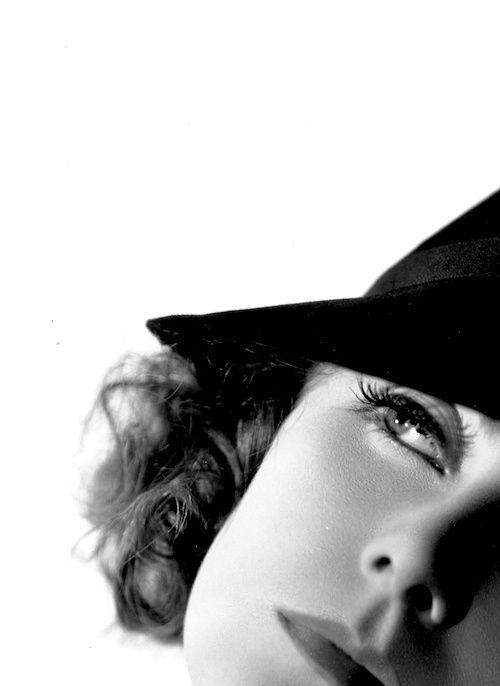 Greta Garbo. Certas mulheres sabem deixar de lado o tempo em que vivem, agir adiante da sua época, e se tornarem... eternas, concordam?
