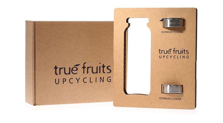 Flaschenaufsätze von True Fruits Diese Edelstahlaufsätze sind von TrueFruits selber für ihre alten leeren Smoothieflaschen entwickelt worden, die – seien wir doch mal ehrlich – eigentlich viel zu schade zum Wegschmeißen sind. In den Flaschen können somit dank der neuen Streuer und Gießer-Aufsätze endlich auch andere Dinge, wie z.B. Olivenöl oder Salz aufbewahrt werden.