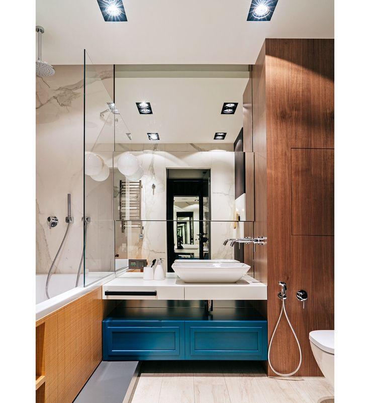 Это фото - моё вдохновение. Огромное зеркало, синие акцентные ящики, светлые стены.