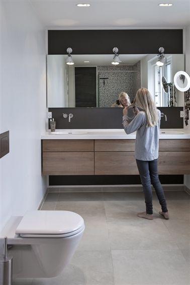 Toiletskabe med dobbelt håndvask og stort vægspejl