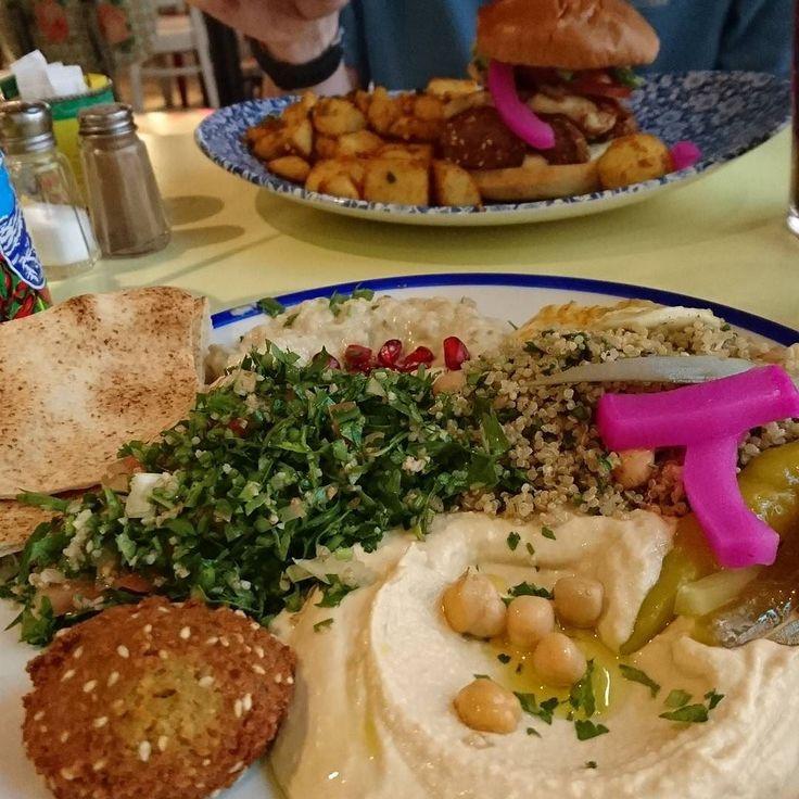 Unser Flieger hat Verspätung.  Naja dann müssen wir eben schon am Londoner Flughafen zu Abend essen. Die Mezze bei Comptoir Libanais sind köstlich & verkürzen uns ein wenig die Wartezeit.  #wallygustosaufreisen #london #londoncity  #england #uk #greatbritain #britain #großbritannien #unitedkingdom #europa #europe #eu #traveleurope #instatravel #städtetrip #citytrip #whatvegetarianseat #vegetarisch #instafood #mezze