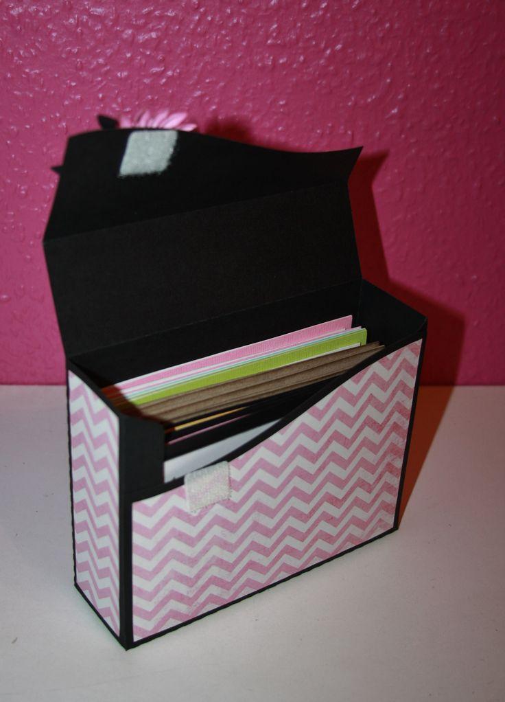 Kort æske indeni med plads til ca 9-10 kort