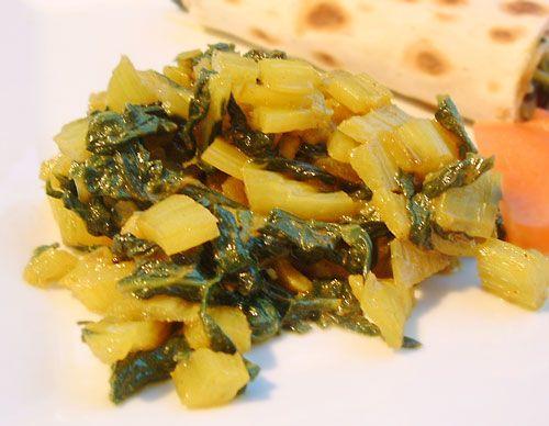 Bonjour et bienvenue dans ma cuisine. Aujourd'hui nous allons cuisiner des Blettes à l'indienne. Pour cette recette indienne, il nous faut : 3 ou 4 branches de blettes coupées en morceaux (séparer le blanc et le vert) 2 gousses d'ail coupées en morceaux...