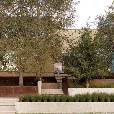 Dzięki tej realizacji projektu ogrodu przydomowego dowiadujemy się ile prywatny ogród może zaoferować przestrzeni publicznej. http://www.sztuka-krajobrazu.pl/44/slajdy/projekt-ogrodu-przydomowego-przenikanie-przestrzeni