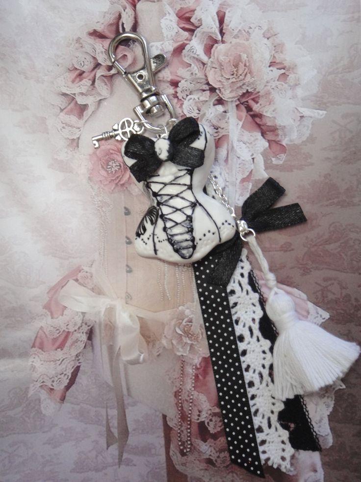 bijou de sac corset baroque blanc  en fimo