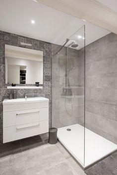 Salle de bains épurée et design dans une maison familiale rénovée par l'architecte d'intérieur Marion Lanoë.