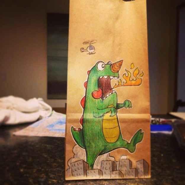 """Bryan dice que cuando la hermanita pequeña de su hijo le dibuja algo en una bolsa, él se lleva esa bolsa en lugar de la suya. Él dice: """"Es muy buen hermano mayor"""""""
