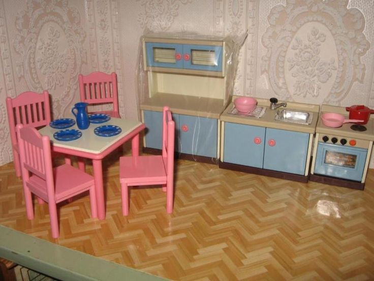 Schöne Möbel aus Hartkunststoff, sehr robust, ideal für Kleinkinder.Maßstab 1:12Der Schrank ist noch original verschweißtHier lassen sich Plätzchen oder Kuchen backen, die Sternchen sind aus ZuckerKleinteile für Kinder unter 3 jahren nicht geeignetPrivatverkauf-keine Garantie keine RücknahmeHermesversand 5,50