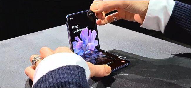 يعد Galaxy Z Flip من سامسونج أول هاتف قابل للطي مع شاشة زجاجية الأجهزة السابقة مثل Samsung Fold الشهيرة بشاشات بلاستيكية م Phone Iphone Screen Glass Screen