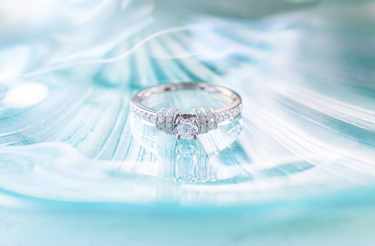 Zásnubní prsten z bílého zlata s 37 diamanty.   #klenotnictvipraha #zlatnictvipraha #sperky #prsten #zasnubni #snubni #wedding #engagement #diamant #diamantes  #diamond  #luxus  #luxury #willyoumarryme  #bridetobe  #darecek  #proradost  #knarozeninam  #fashion  #kvyroci #zlato #gold #whitegold #bilezlato #svatba #zasnuby #rings #moda #klenotacz