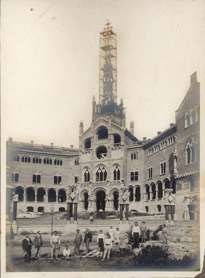 Degut al creixement de Barcelona i als avenços de la medicina, l'hospital gòtic de la Santa Creu...