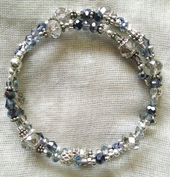 Description:  Pâle à cristaux bleus ardoise et des accents dargent.  Dimensions:  2,5 de diamètre, réglable  Matériaux :  verre, cristal, étain, argenterie, en acier