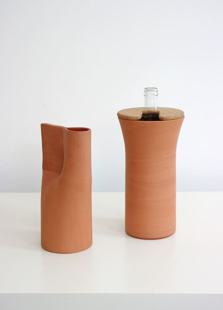 """by Normal Studio Fresh / ENO 2010 La carafe et la brique à vin """"Fresh"""" sont en terre cuite, tournées à la main à Aubagne. Ce sont des cylindre qui se déforment selon leur fonction. Pour la carafe le potier écrase le cylindre avec un outil spécialement conçu pour créer le bec verseur et la zone de préhension. L'objet, fait main, est ainsi terminé par un outil conçu numériquement. Terre cuite, émail, liège."""