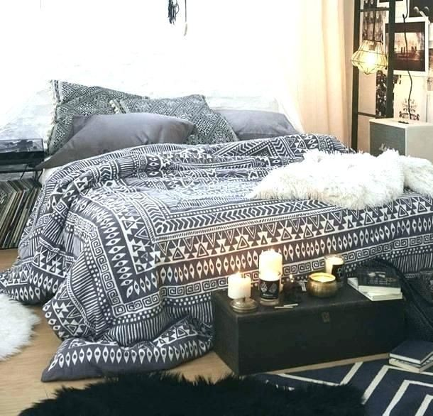 White And Black Bed Sheets Chic Bedroom Design Bedroom Design Chic Bedroom