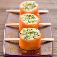 Bouchee-saumon-fume-chevre-pomme  -  quatre convives :  – 250g de bûche de chèvre – 1/2 branche de ciboulette – 1/2 branche d'aneth – 1/2 pomme Granny-smith – Cassonade – Huile d'olive – 4 tranches fines de saumon fumé – sel, poivre