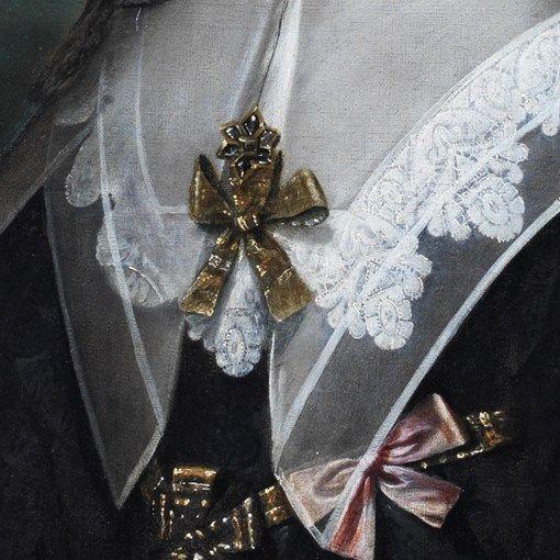 Cornelis Janssens van Ceulen: Ritratto della Regina Maria Henrietta in lutto. Olio su tela del 1650. Locazione sconosciuta. Ci sono tre strati di tessuto intorno alla scollatura: quello nero dell'abito da lutto, un accollato colletto bordato di pizzo al tombolo e un ulteriore grande colletto che scende con le due punte verso la vita e si allarga sulle spalle. I colletti sono tenuti chiusi da una spilla a fiocco, come quello sulla cintura e a fianco.