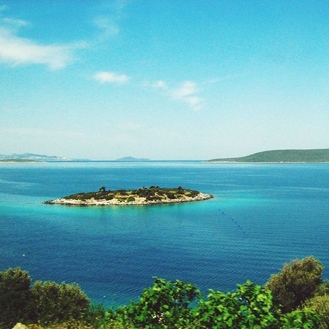 The cutest little island ♡#destinationany #anywheretraveler #travelblogger #traveler #travelgram #instatravel #ontheroad #aegeansea #beachlovers #island #naturelovers #flowers #summer #summermemories #summerholiday #beautifuldestinations #beautifulsea #bluesea #takemetoturkey #turkey #kusadasi #welivetoexplore #ig_romania #igromania #igersromania